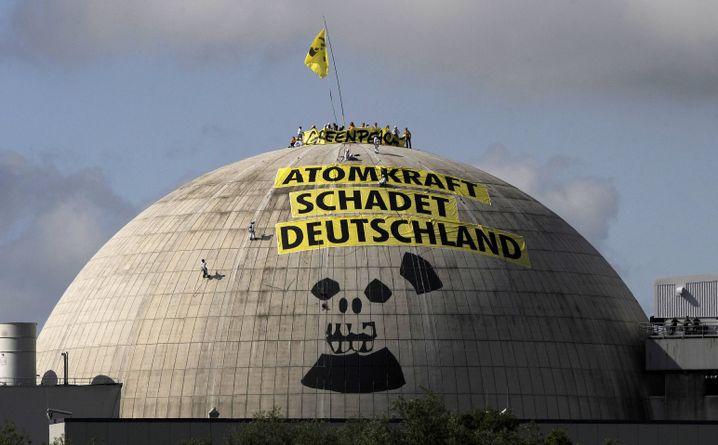 Aktivisten der Umweltschutzorganisation Greenpeace auf der Kuppel des AKW Unterweser: Alte Grabenkämpfe