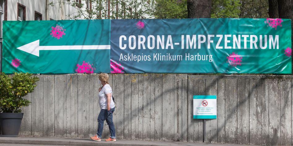 Wegweiser zum Impfzentrum in Hamburg-Harburg