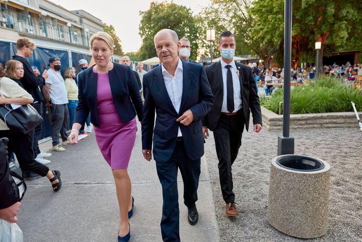 Kandidat Scholz und Berliner Spitzenkandidatin Franziska Giffey im Biergarten