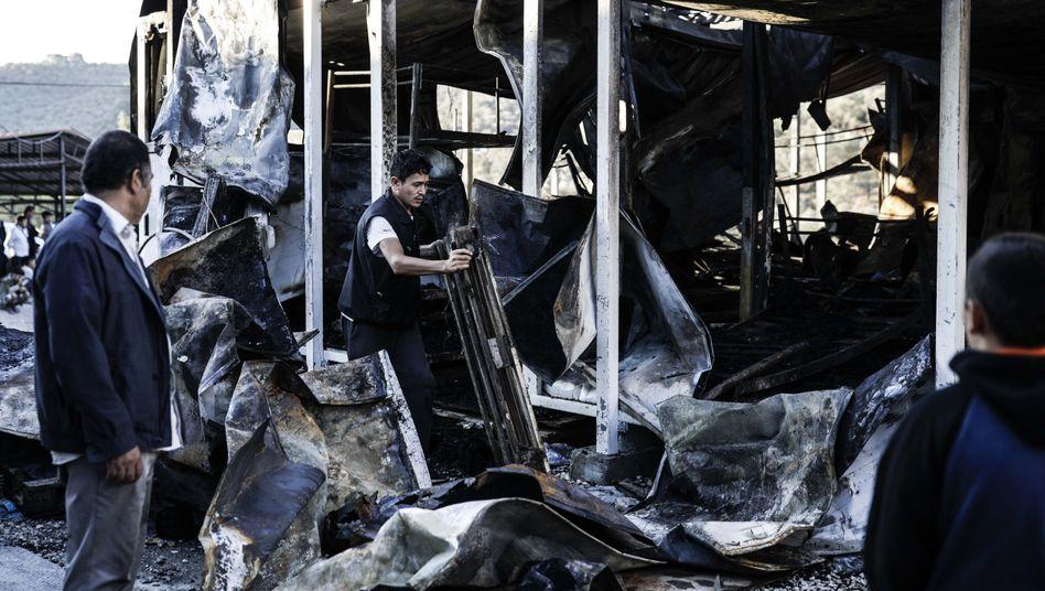Das Feuer hat mindestens einen Menschen getötet und große Schäden hinterlassen