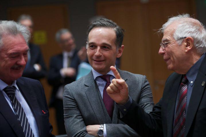 Heiko Maas (Mitte) mit seinem luxemburgischen Amtskollegen Jean Asselborn (links) und dem EU-Außenbeauftragten Josep Borrell (rechts) in Brüssel: Die Europäer ringen um einen Kompromiss
