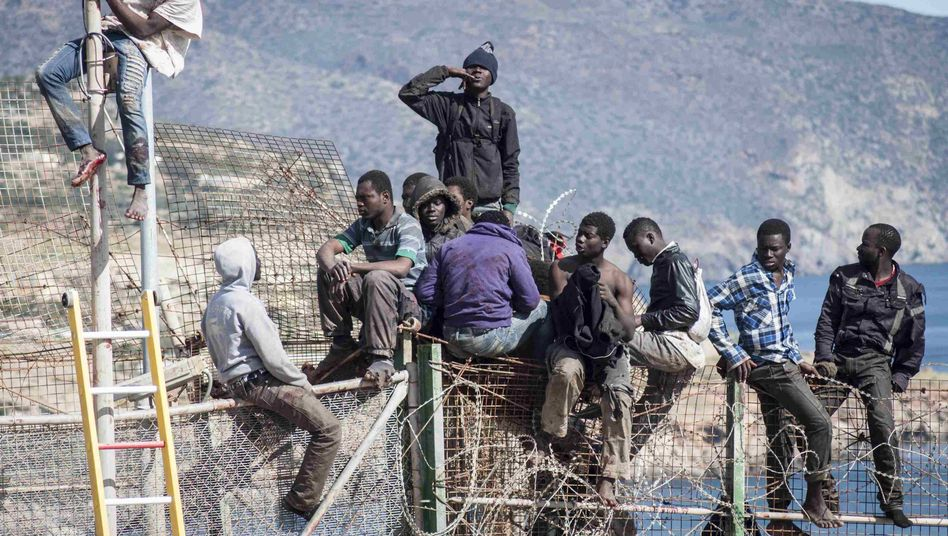 Migranten versuchen auf Melilla, in die EU zu kommen