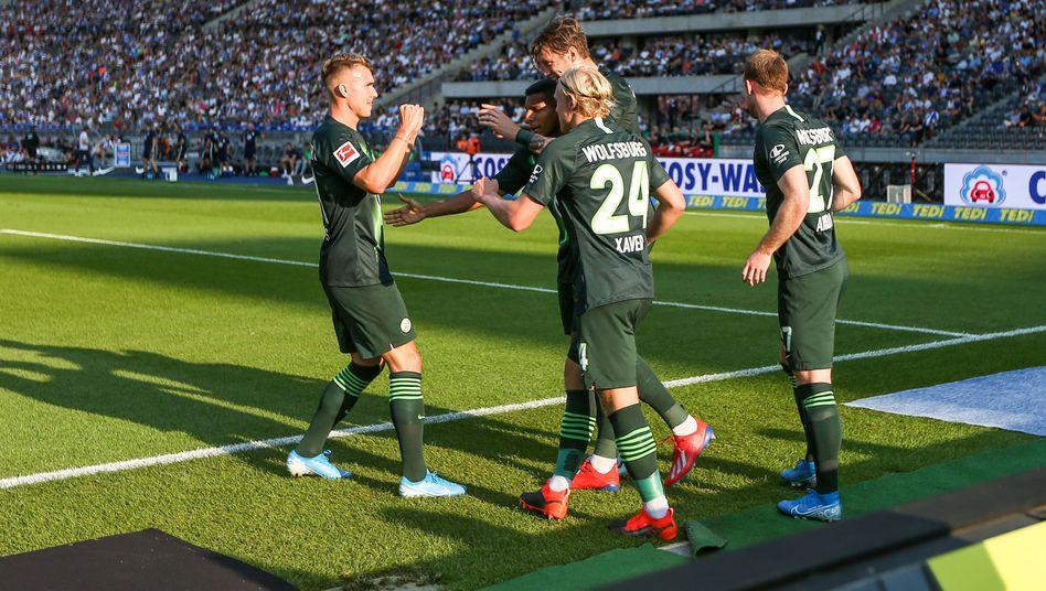 Es läuft beim VfL Wolfsburg. In der Mitte: Wout Weghorst, Torschütze des Führungstreffers