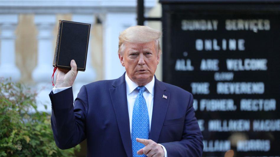 Trump mit Bibel beim Fototermin in der Nähe des Weißen Hauses
