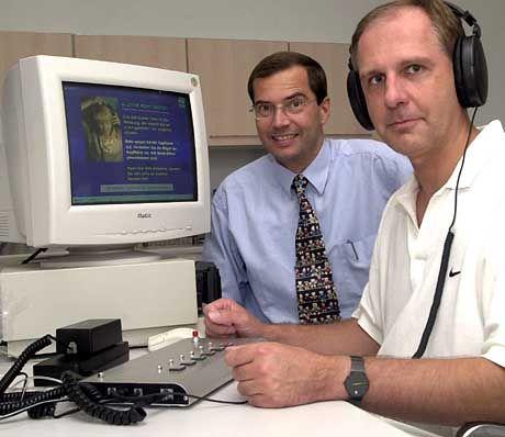 """Bernd Kleine-Gunk (rechts) und Thomas Ebert und ihr """"Age-Scan"""": Die Software errechnet anhand verschiedener Parameter das """"biologische Alter"""" von Patienten"""