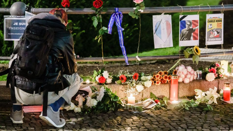Trauerstätte für Samuel Paty vor der französischen Botschaft in Berlin