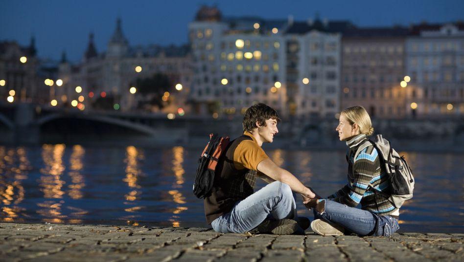Liebespaar am Fluss: Viele junge Leute lernen sich im Erasmus-Jahr kennen