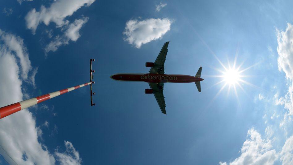 """Flugzeug vor der Landung: """"Deutlicher Anstieg der CO2-Emissionen der Luftfahrt"""""""
