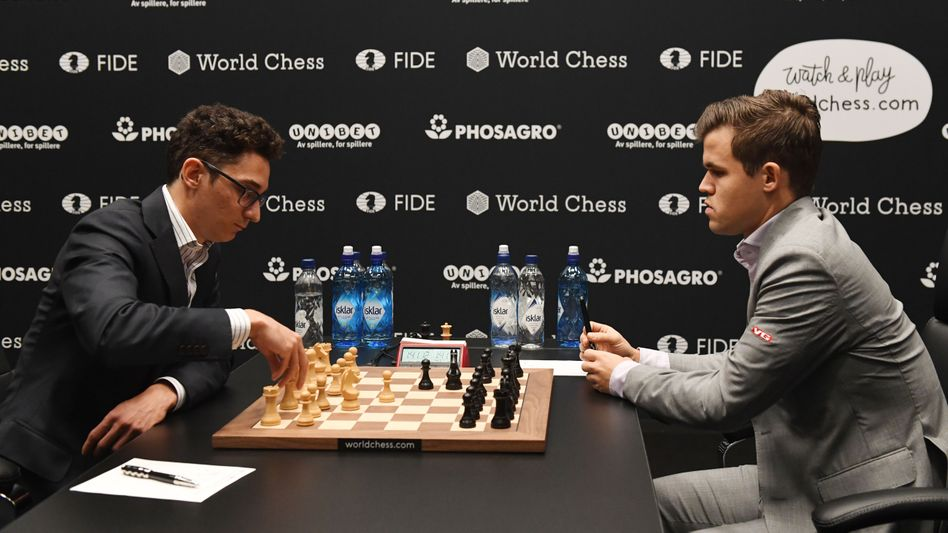 Magnus Carlsen (r.), Fabiano Caruana (l.)