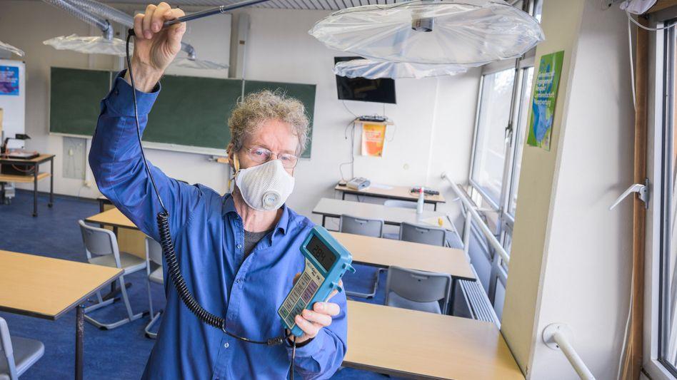 Max-Planck-Forscher bei der Messung eines selbst entwickelten Belüftungssystems in einer Mainzer Schule