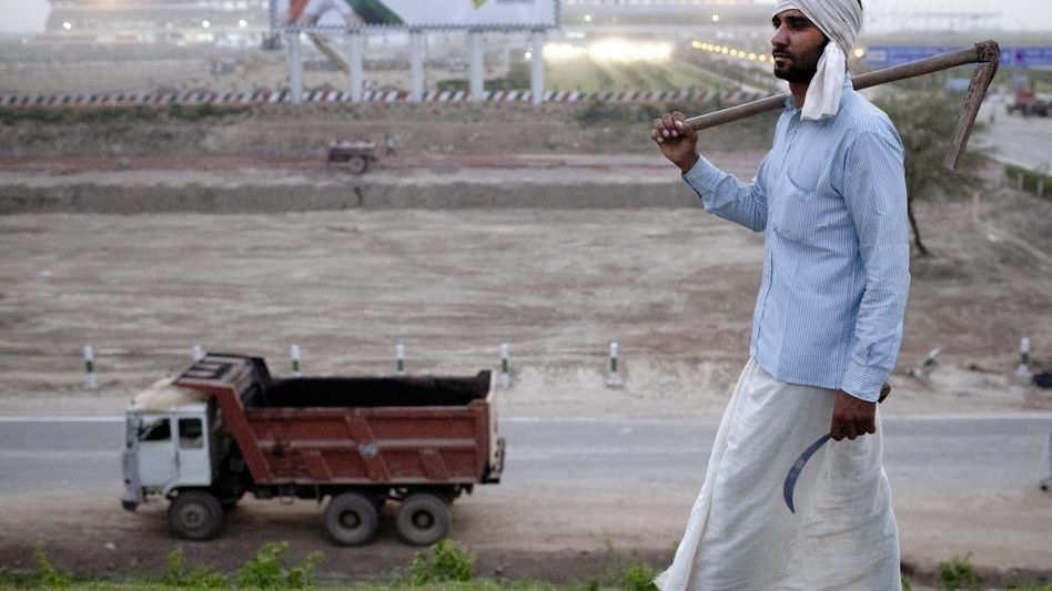 Farmer Arya vor der Streckenbaustelle in Greater Noida