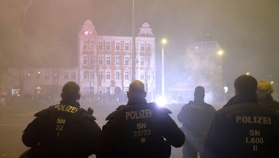 Polizisten stehen an einer Kreuzung im Leipziger Stadtteil Connewitz