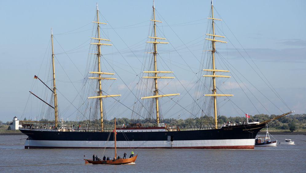 """Die """"Peking"""" bei Twielenfleth: Das historische Segelschiff wird nach Hamburg in den Hansahafen überführt. Am Abend soll das Schiff vor der Elbphilharmonie ankommen und dort um 180 Grad gedreht werden."""