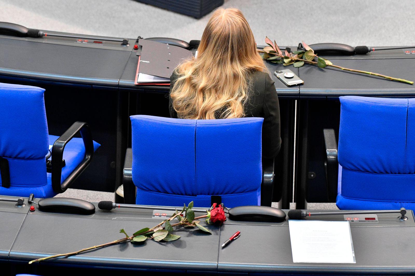 Rosen zum Internationalen Frauentag in der 216. Sitzung des Deutschen Bundestages im Reichstagsgebäude. Berlin, 05.03.2