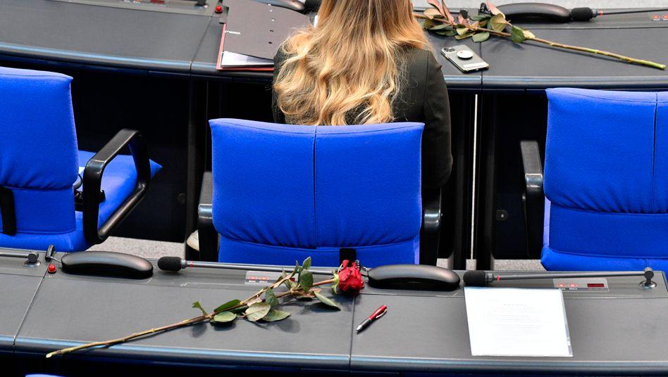 Auch wenn es zum Frauentag Rosen gibt: Im Bundestag sitzen nur 223 weibliche Abgeordnete – und 486 männliche