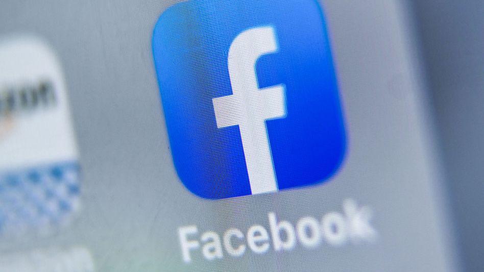 Die Facebook-App auf dem Display eines Tablets