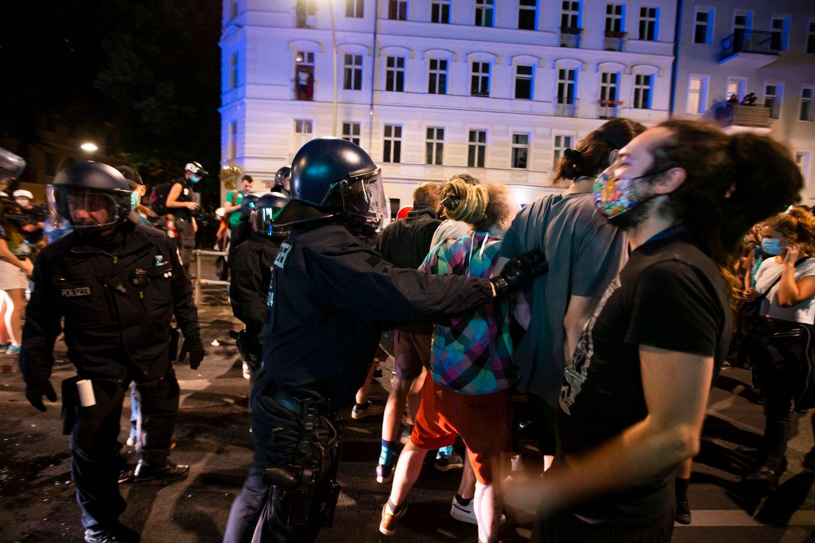 Auseinandersetzungen zwischen Demonstranten und Polizei in der Nacht vor der Raeumung der Kiezkneipe Syndikat in Berlin