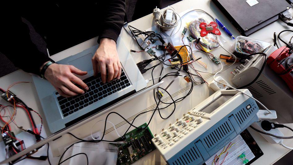 Hacker-Arbeitsplatz (Archivbild): Löten, Schrauben, Schreiben