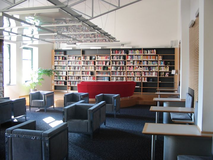 """Library Lounge"" in Passau: Rotes Sofa, graue Sessel, leider keine Massageliege"