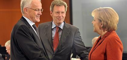 Rüttgers, Niedersachsens Ministerpräsident Christian Wulff, Merkel (bei der Ministerpräsidentenkonferenz im Bundeskanzleramt in Berlin am 18. Dezember): Ringen um den Rettungsweg