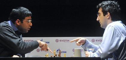 Weltmeister Anand (l.), Herausforderer Kramnik: Remis im neunten Spiel