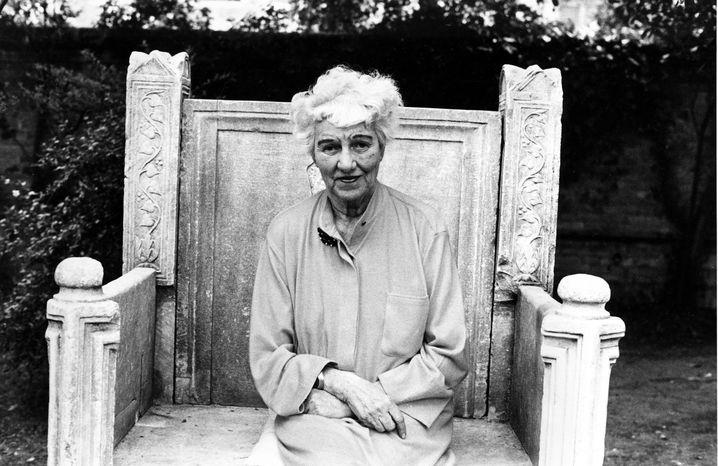 Peggy Guggenheim im Garten ihres Palazzo