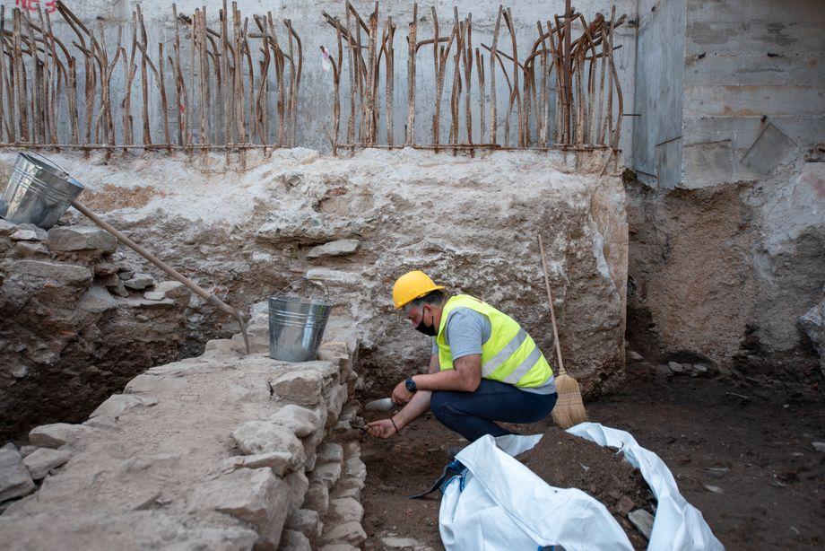 Bauarbeiter in den antiken Ruinen: Überreste von Läden und Goldschmiedewerkstätten