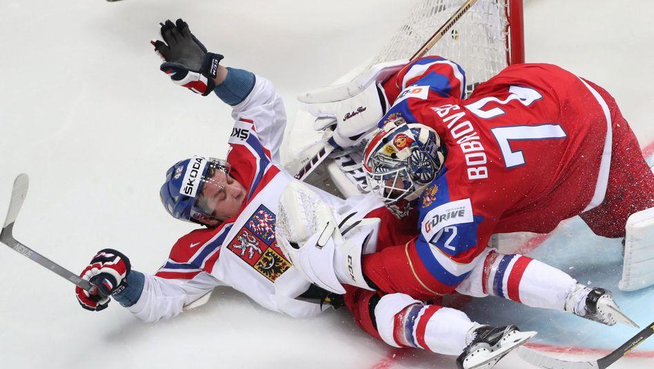 Russischer Torwart Sergei Bobrovski (r) und tschechischer Spieler Petr Koukal