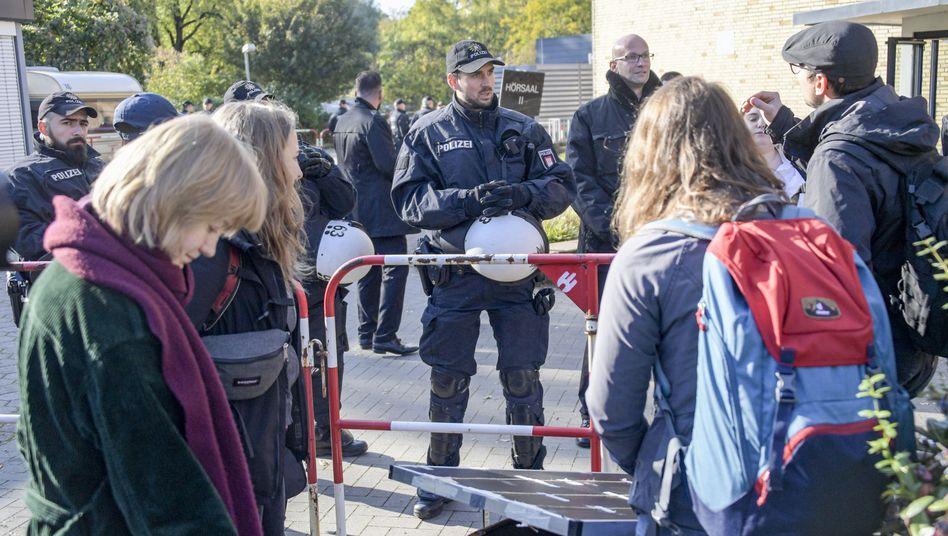 Polizisten überwachen den Zugang zur Vorlesung von AfD-Mitgründer Bernd Lucke. Rein kommt nur, wer für die Veranstaltung angemeldet ist