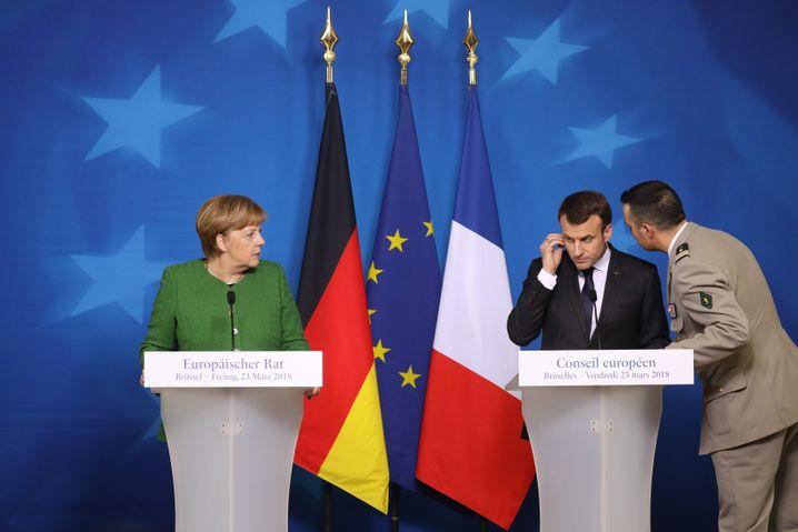 Emmanuel Macron wird über den Zugriff in Trèbes informiert