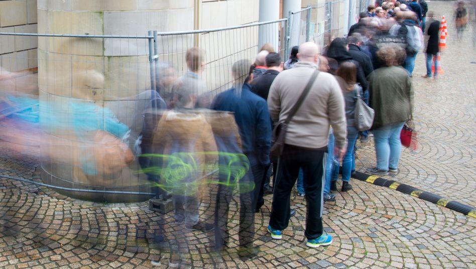 Menschen in einer Warteschlange