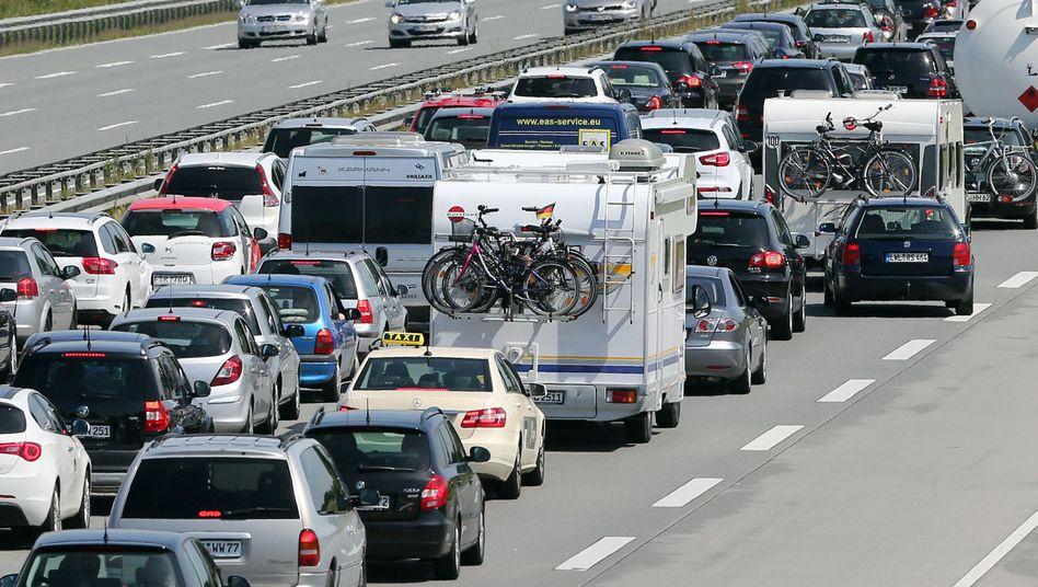 Autobahn-Stau (Archivbild): Geschwindigkeit unter Soll - was nun?