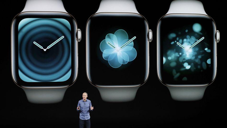 Apple-Führungskraft Jeff Williams vor Bildern der Apple Watch: Verkäufe gesteigert