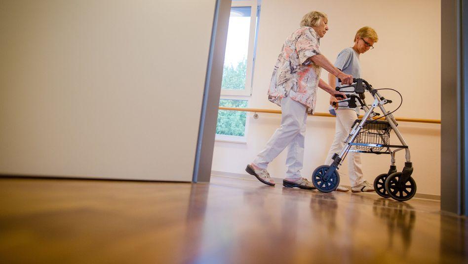 Bewohnerin und Pflegekraft in einem Heim in Stuttgart