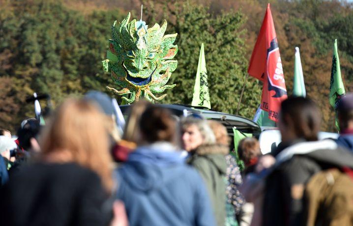 Demonstranten vor Protest-Spaziergang am Sonntag