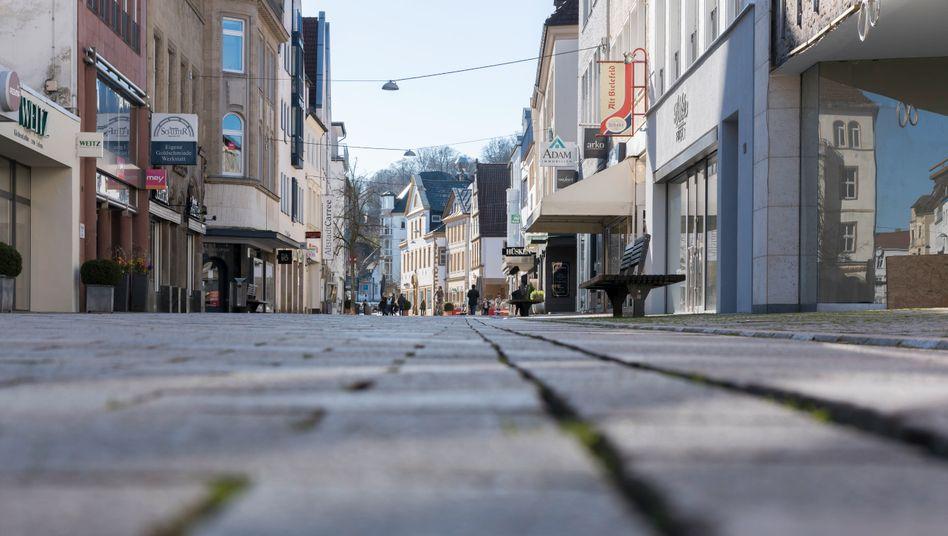 Einkaufsstraße in Bielefeld-Mitte: So wie hier im ersten März-Shutdown dürfte es in vielen deutschen Fußgängerzonen bald wieder aussehen