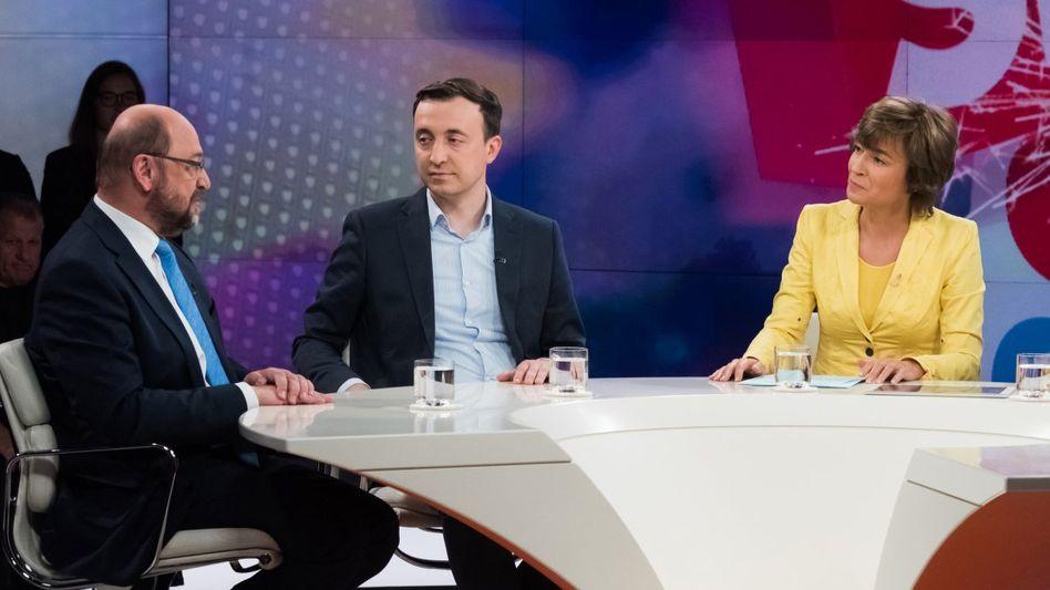 """Maybrit Illner (3.v.l.) mit Gästen: """"Scherbenhaufen Europa - Krise von Brüssel bis Berlin?"""""""