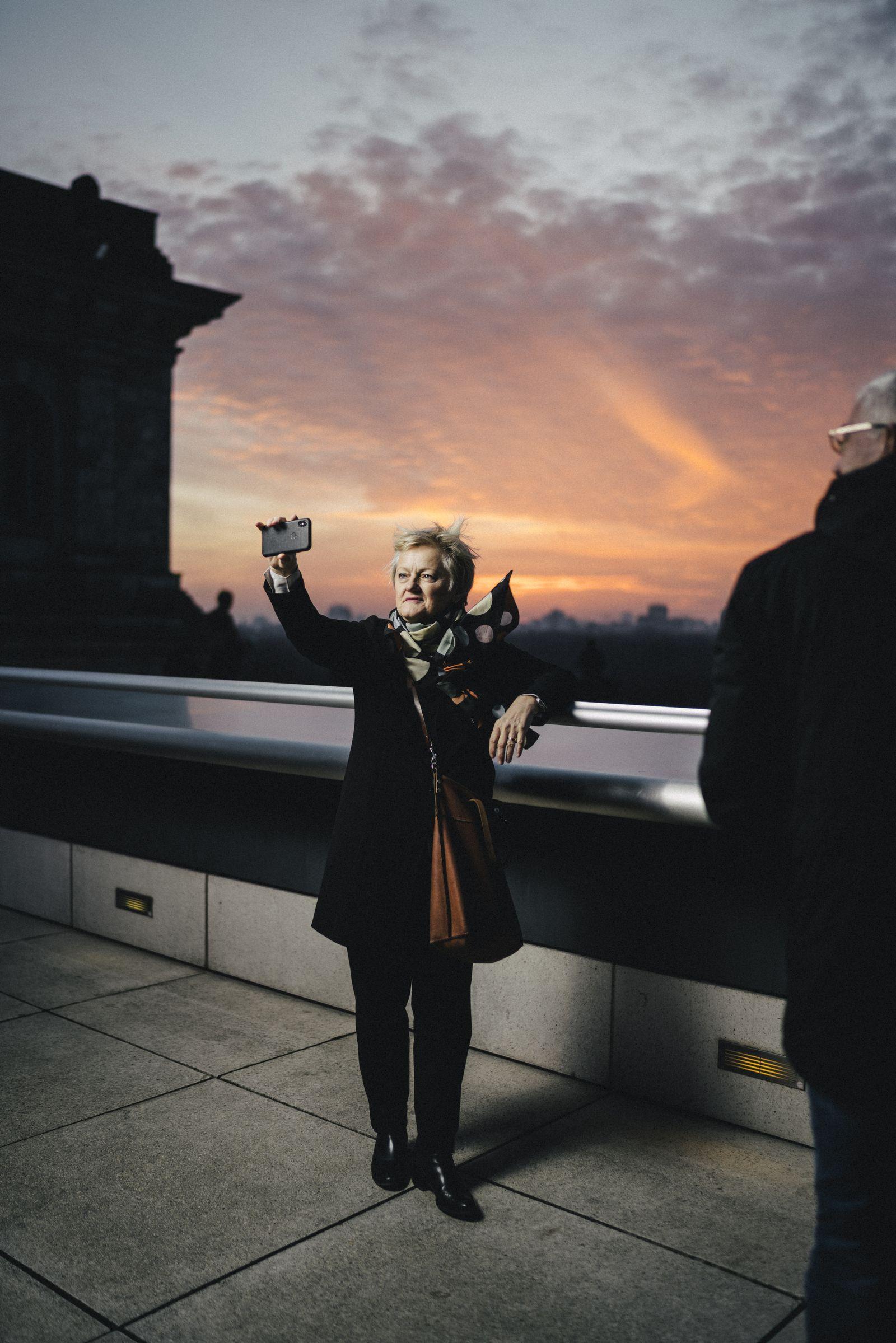 Renate Elly Künast, MdB, Bündnis 90/Die Grünen auf dem Dach des Bundestages, Berlin
