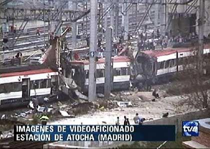 Zerstörter Zug in der Nähe des Bahnhofs Atocha: Personenbusse sollen die Verletzten abtransportieren