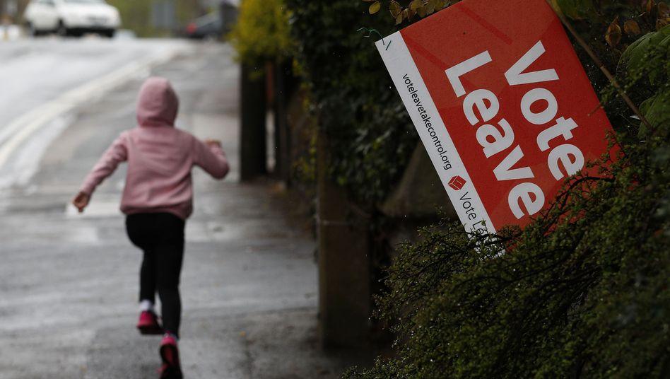 Mädchen vor einem Plakat der Brexit-Kampagne in Altrincham
