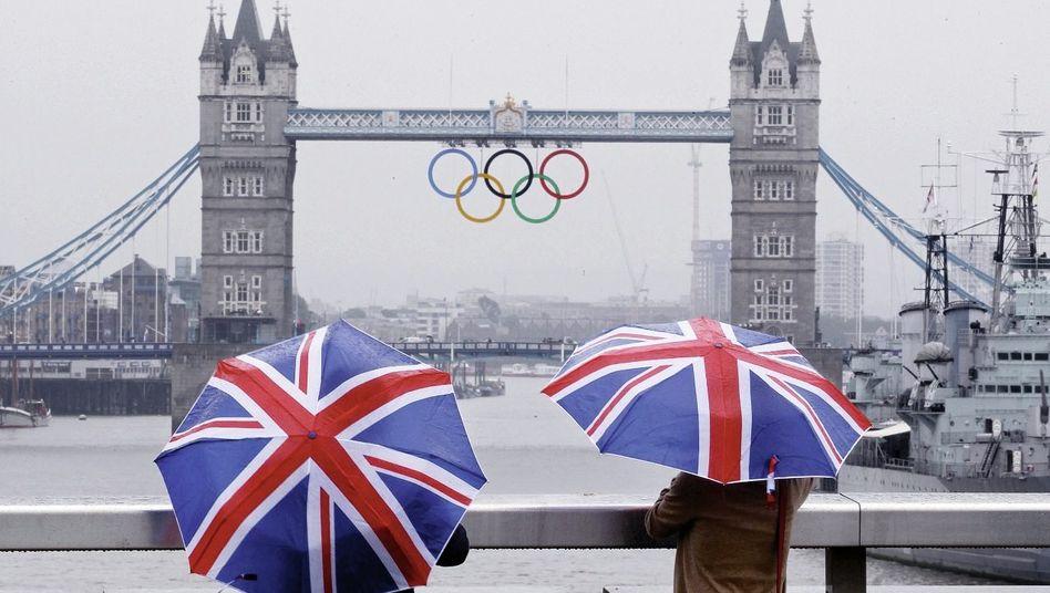 Londoner Tower Bridge im Regen