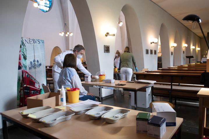 In Castrop-Rauxel impfen Ärzte aus einer nahe gelegenen Hausarzt-Praxis in einer katholischen Kirche