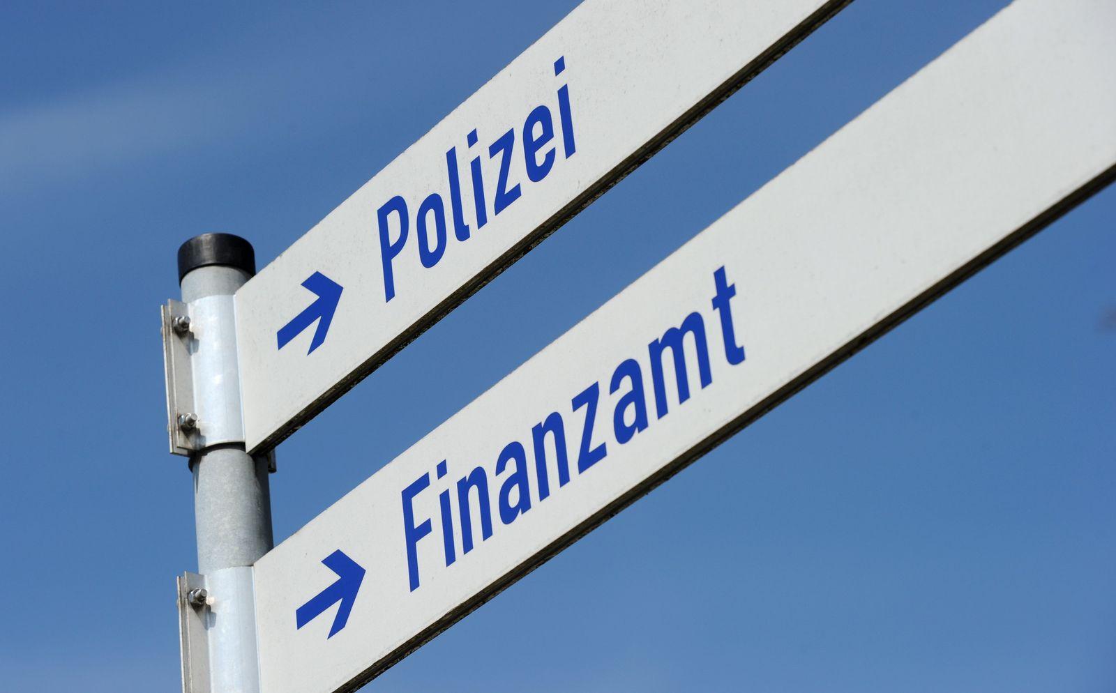 Selbstanzeige / Schilder Finanzamt und Polizei
