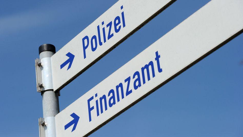 Wegweiser im bayerischen Miesbach: Weniger Einsätze gegen Steuersünder