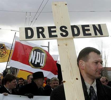 Marschierende Rechtsradikale in Dresden