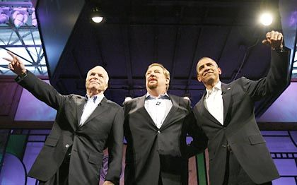 """Religions-Gipfel in der kalifornischen Saddleback Church. Der Evangelikale Rick Warren (Mitte) befragt John McCain und Barack Obama: """"Jesus ist für meine Sünden gestorben"""""""