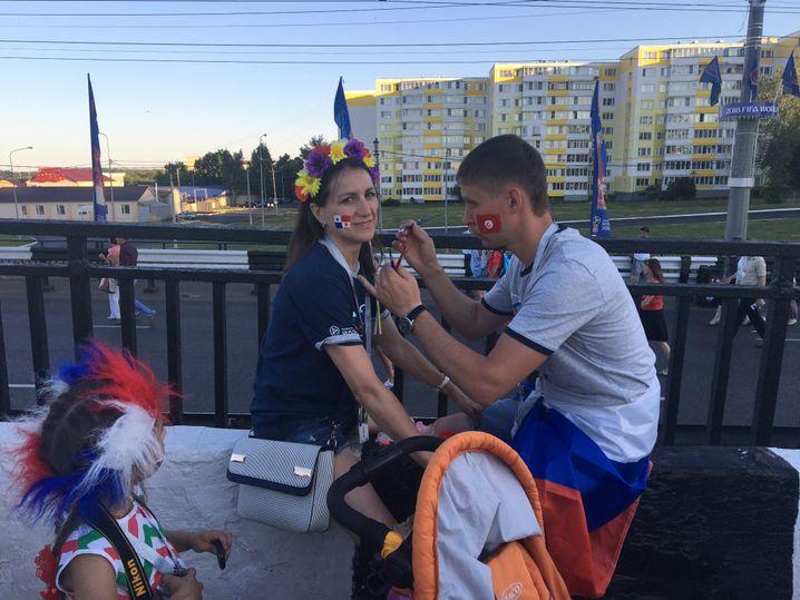Russische Fans machen sich fertig für das Spiel