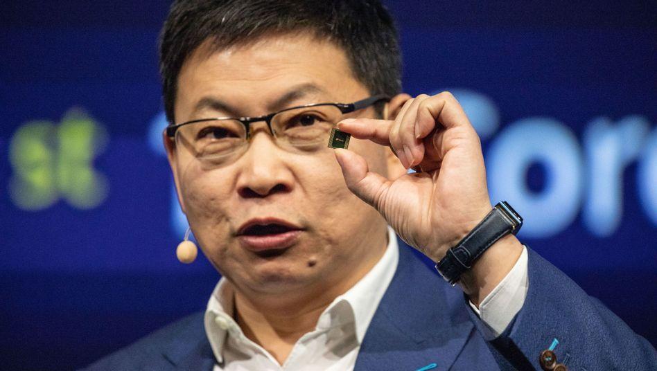 Ifa: Huawei-CEO Richard Yu zeigt den Kirin 990 genannten, 5G-fähigen Prozessor, der im Mate 30 stecken wird.