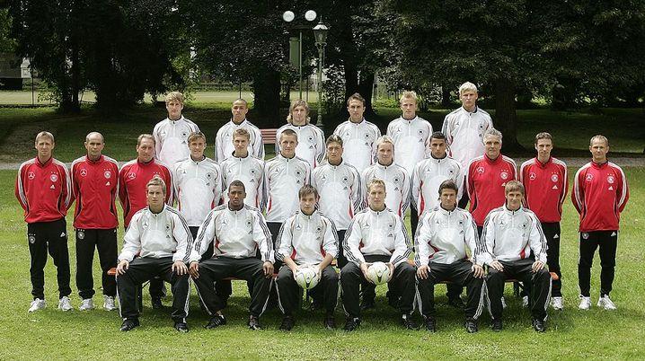 Deutsche U-19-Nationalmannschaft 2007, Hintere Reihe: Sergej Evljuskin (3. v. r.); mittlere Reihe: Mesut Özil (6. v. r.); vordere Reihe: Jérôme Boateng - (2. v. l.), Benedikt Höwedes (r.)