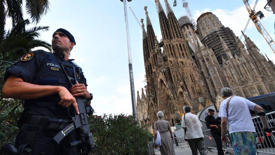 Ein Polizist vor der Sagrada Familia (Archivfoto)